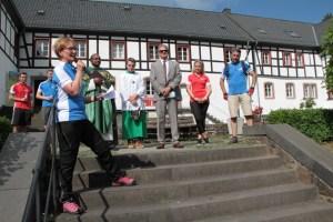"""Die stellvertretende Bürgermeisterin Simone Böhm (vorne) bedankte sich vor allem bei dem Hauptsponsor der """"Tour de Ahrtal"""": die ene-Unternehmensgruppe. Bild: Michael Thalken/Eifeler Presse Agentur/epa"""