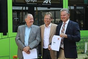 RVK-Geschäftsführer Eugen Puderbach (v.l.), e-regio-Geschäftsführer Christian Metze und Landrat Günter Rosenke wollen bei Bussen auf Bio-Ergas umsteigen. Foto: S. Gnädig, Pressestelle Kreis Euskirchen