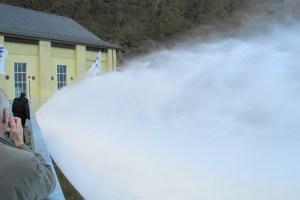 Aus den geöffneten Grundablassverschlüssen schießt das Wasser in das Tosbecken des Staubeckens Obermaubach am Fuß der Rurtalsperre Schwammenauel. Foto: WVER