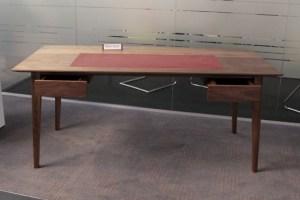 Für diesen Schreibtisch aus Nussbaum wurde Robin Schür von der Jury gelobt. Bild: Michael Thalken/Eifeler Presse Agentur/epa