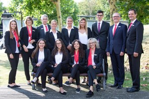 """Sechs neue Azubis sind in die """"Sparkassenfamilie"""" der KSK Euskirchen aufgenommen worden. Lea Marie Wittek (hinten von links) ist """"Patin"""" der """"Neuen"""" und Azubi des zweiten Lehrjahrs, Anke Titz ist Ausbildungsleiterin, Hartmut Cremer Vorstandsmitglied, neu angefangen haben Jana und Julia von Wersch, Ivana Dumancic sowie Fabian Schmitz. Sie wurden herzlich willkommen geheißen von Vorstandsmitglied Holger Glück und Alfred Cordel, Leiter Abteilung Personal- und Vorstandsangelegenheiten. Ebenfalls mit der Ausbildung begonnen haben Janine Milfey (vorn von links) und Daniela Quint, begleitet von """"Patin"""" Xhenete Alili (2. Lehrjahr) und Rita Witt, Direktorin Vorstandsstab. Bild: Tameer Gunnar Eden/Eifeler Presse Agentur/epa"""