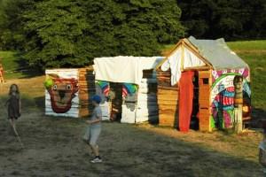 Viel Spaß bereitete den Kindern das Erbauen ihrer selbst gestalteten Häuser. Bild: Veranstalter