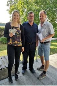 Esther Erharter(v.l.), Franz Willems und Alexander Mauel freuen sich über die Spendeneinnahmen.Bild: Gemeinde Blankenheim