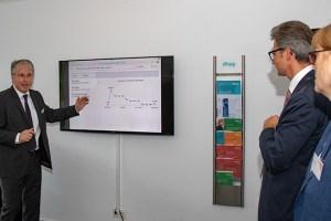 In einem Mini-Workshop erklärte Thomas Nöthen, einer der dhpg-Geschäftsführer, die Vorteile einer serverbasierten digitalen Buchführung. Bild: Tameer Gunnar Eden/Eifeler Presse Agentur/epa