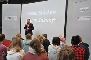 """Günter Rosenke, Landrat Kreis Euskirchen, begrüßte die heranwachsenden beim Projekt """"komm auf Tour"""". Foto: Sinus - Büro für Kommunikation"""