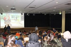 Rund 100 Jugendliche sahen im Thomas-Eßer-Berufskolleg einen Dokumentarfilm über gelungene Integration von Geflüchteten. Foto: KoBIZ