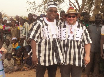 Mitglieder des Solidaritätskreises Westafrika reisen regelmäßig auf eigene Kosten nach Burkina Faso, um die Arbeiten vor Ort zu kontrollieren. Foto: Solidaritätskreis Westafrika