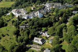 Unterhalb des historischen Burgortes liegt das Dorfgemeinschaftshaus Kronenburg (im Vordergrund), für dessen Sanierung das Land NRW jetzt über 900.000 Euro bewilligt hat. Foto: Gemeinde Dahlem