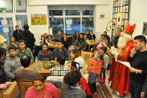 """Im """"Café International"""" wurde die Geschichte des heiligen Nikolaus simultan ins Persische und Arabische übersetzt. Bild: Carsten Düppengießer"""