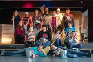 Schon ganz schön professionell präsentiert sich der Künstlernachwuchs der Irena-Sendler-Schule mit den Choreografen und Lehrerinnen. Bild: Tameer Gunnar Eden/Eifeler Presse Agentur/epa