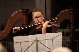 An der Violine brillierte Klara Engels, die sich für den Landeswettbewerb qualifiziert hat. Bild: Tameer Gunnar Eden/Eifeler Presse Agentur/epa