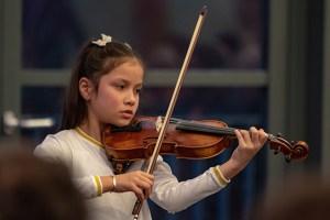 """Lusia Dippold, hier beim Konzert im vergangenen Jahr, sicherte sich auf der Geige im Duo mit Linda Peintinger einen ersten Platz im Regionalwettbewerb """"Jugend musiziert"""" und damit die Teilnahme am Landeswettbewerb. Archivbild: Tameer Gunnar Eden/Eifeler Presse Agentur/epa"""