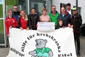 Zahlreiche Teilnehmerinnen und Teilnehmer machten sich beim Abschlusslauf der Wintertrainingsläufe in der Nordeifel wieder vom Hof der ene-Unternehmensgruppe auf den Weg. Bild: Nichael Thalken/Eifeler Presse Agentur/epa