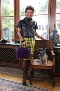 Jeannette Gräfin Beissel, hier mit Hund Fips, stellt modische Taschen in Handarbeit her. Bild: Uwe Erensmann