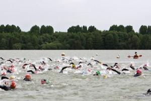 """Neben Fahrradfahren und Laufen geht es beim Triathlon """"Eifel Hero"""" auch ins Wasser. Symbolbild: Tameer Gunnar Eden/Eifeler Presse Agentur/epa"""