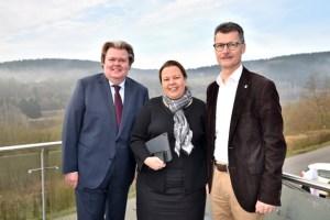 NRW-Umweltministerin Ursula Heinen-Esser wurde vom Landtagsabgeordneten Klaus Voussem (links) und Bürgermeister Jan Lembach am Kronenburger See begrüßt. Bild: David Dreimüller