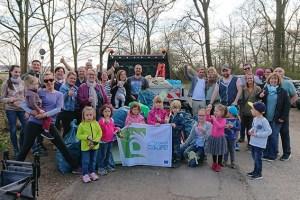 Gemeinsam gegen wilden Müll: Katja Hendgen (vorne links) hat Familie und Freunde zu einem Müllsammelwettbewerb eingeladen und zahlreiche Mitstreiter gefunden. Foto: privat