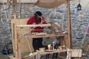 Auf Burg Reifferscheid wird alte Handwerkskunst präsentiert. Bild: Gemeinde Hellenthal