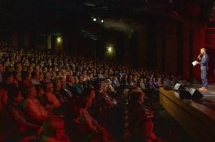Im fast voll besetzten Stadttheater Euskirchen moderierte Martijn Theisen ein mitreißendes Musical-Konzert. Bild: Tameer Gunnar Eden/Eifeler Presse Agentur/epa