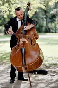 Der Kontrabassist Christian Hinz hat sich eine besondere Spieltechnik angeeignet. Bild: Peter Tümmers