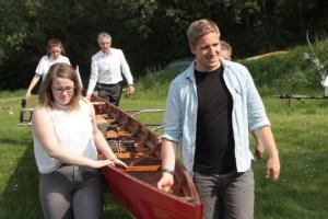 Bevor gerudert werden konnte, musste das Boot erst einmal zum Seeufer getragen werden. Bild: Michael Thalken/Eifeler Presse Agentur/epa