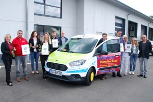 Bürgermeisterin Sabine Preiser-Marian (links) freute sich über die zahlreichen Sponsoren, die die Anschaffung des Neuwagens für die Stadt Bad Münstereifel möglich machten. Bild: Marita Hochgürtel