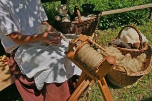 Wie man per Hand Wolle zu Garn verarbeitet, das kann man im LVR-Freilichtmuseum Kommern lernen. Foto: Hans-Theo Gerhards/LVR