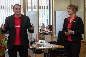 Zufrieden mit ihren Azubis sind KSK-Vorstandsvorsitzender Udo Becker und Ausbildungsleiterin Anke Titz. Bild: Tameer Gunnar Eden/Eifeler Presse Agentur/epa