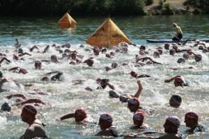 Beim Start hatten die Helfer von der DLRG alle Augen auf die Schwimmer gerichtet. Bild: Michael Thalken/Eifeler Presse Agentur/epa