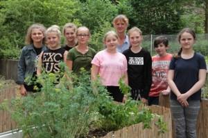 Haben Spaß Kräuter und Gemüse anzubauen und alles wachsen zu sehen: Die jungen Leute der Schulgarten-AG rund um Biologielehrerin Anja Henseler. Bild: Michael Thalken/Eifeler Presse Agentur/epa