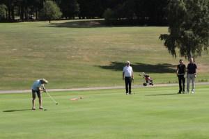 """Die beim Golf """"Flights"""" genannten Teams, hier mit Schirmherrin Bettina Böttinger (2.v.l.), starteten in Vierergruppen zu dem Turnier, bei dem etwa zehn Kilometer Fußweg zu bewältigen waren. Bild: Michael Thalken/Eifeler Presse Agentur/epa"""