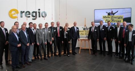 Nach der Vertragsunterzeichnung präsentierten sich die Gesellschaftervertreter sowie die neuen Geschäftsführer der e-regio der Presse. Bild: Michael Thalken/Eifeler Presse Agentur/epa