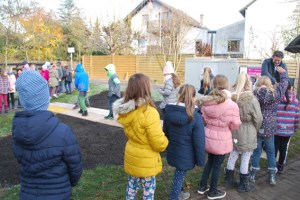 Die Kinder der Grundschule in Arloff halfen mit, ein Feld in der Nähe der Schule einzusäen. Bild: Marita Hochgürtel