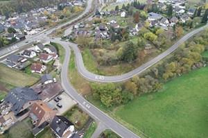 Die bisher sehr schmale Kreisstraße 45 zwischen Iversheim und Eschweiler wurde jetzt hangseitig verlegt und verbreitert. Foto: Kreis Euskirchen