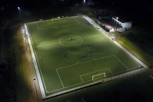 Der Kunstrasenplatz in Schmidtheim kann jetzt auch nach Einbruch der Dunkelheit bespielt werden. Bild: Gemeinde Dahlem