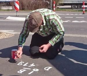 Andreas Axmacher vom Katasteramt des Kreises Euskirchen bei der Wiederherstellung des Bundesgrenzpunktes Nr. 419 bei Losheim. Foto: Kreis Euskirchen