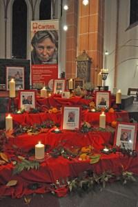 Kerzen erinnerten an kürzlich verstorbene Obdachlose. Bild: Carsten Düppengießer