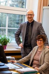 Bürgermeister Ingo Pfennings mit Gabriele Lange an ihrem Arbeitsplatz. Bild: Kerstin Wielspütz