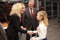 Hanna Lara Kessler erhielt für ihr berührendes Spiel auf der Harfe den KSK-Förderpreis. Bild: Michael Thalken/Eifeler Presse Agentur/epa
