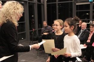 Auch das Duo Linda Peintinger und Luisa Dippold erhielt von Rita Witt einen Förderpreis der KSK. Bild: Michael Thalken/Eifeler Presse Agentur/epa