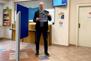 Auch im Bürgerbüro der Stadt Schleiden wurden die Bodenprints bereits angebracht. Bild: Kerstin Wielspütz/Stadt Schleiden