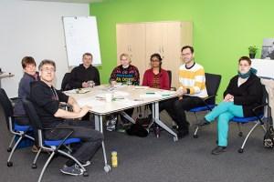Spaß und Kreativität in der Schreibwerkstatt von NEW JOB haben Willi (v.l.), Denise, Journalist Tameer Eden, Sylvia, Arpana, Job-Coach Thorsten Baur und Jasmin. Foto: Holger Klee