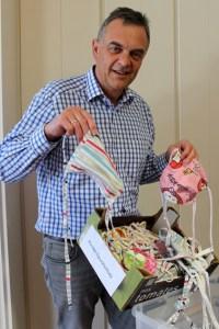 Präsentiert stolz die Stoffmasken für die Bürger: Bürgermeister Rudolf Westerburg. Bild: Gemeinde Hellenthal