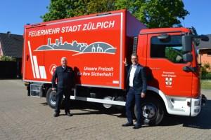 Bürgermeister Ulf Hürtgen (r.) und Wehrleiter Jörg Körtgen nahmen den neuen Gerätewagen Logistik (GW-L1) für die Löschgruppe Zülpich in Empfang. Foto: Torsten Beulen/Stadt Zülpich