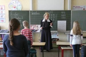 Die Museumslehrerin unterrichtet aufgrund der Pandemie jetzt auch an modernen Schulen. Bild: Katharina Kesternich/LVR