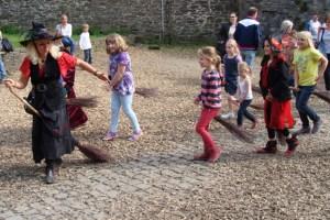 Hexe Arabella nimmt den Nachwuchs mit in die Hexen- und Zauberschule. Bild: Veranstalter