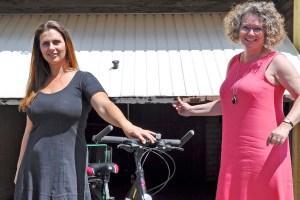 Caritas-Mitarbeiterin Elisa Mc Clellan (v.l.) vom LEADER-Projekt BUNT und Anne Horst, Bürgermeisterin Weilerswist, setzen sich für eine Fahrradwerkstatt als Begegnungsstätte ein. Foto: Carsten Düppengießer/Caritas Euskirchen