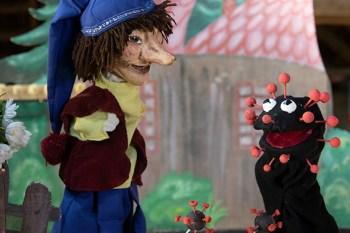 Kasper muss sich mit einem frechen Virus auseinandersetzen und tut dies aufgrund der Corona-Pandemie zum ersten Mal im Video-Stream. Bild: Tameer Gunnar Eden/Eifeler Presse Agentur/epa