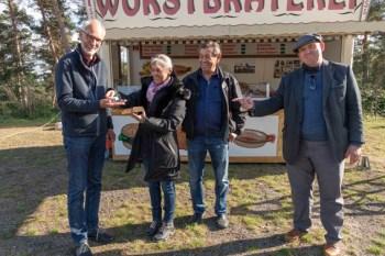 Die Wurstbude wurde jetzt ins LVR-Freilichtmuseum nach Kommern gebracht. Dort übergab Eva Vosen die Schlüssel in die Hände von Museumsdirektor Dr. Josef Mangold (links), Direktor des LVR-Freilichtmuseums Kommern. Ralf Jäger-Vosen (2.v.r) sowie Schauspieler Dietmar Bär (rechts) kamen ebenfalls mit nach Kommern. Foto: Hans-Theo Gerhards/LVR-Freilichtmuseum Kommern.