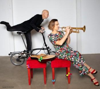 Schräge Texte und komplexe musikalische Arrangements bitete das Duo Susanne Riemer und Wilhelm Geschwind. Bild: Christina Czybik